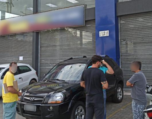 Prefeitura de Caraguatatuba fiscaliza cerca de 300 comércios no final de semana e notifica loja de carro