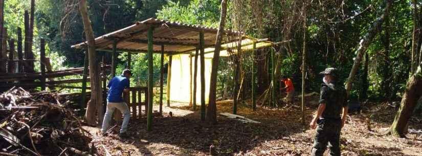 Prefeitura de Caraguatatuba e Polícia Ambiental retiram barracos irregulares em APP no Rio do Ouro
