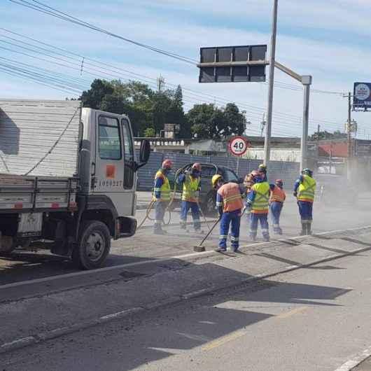 Trecho urbano da Rodovia dos Tamoios, em Caraguatatuba, é repavimentado