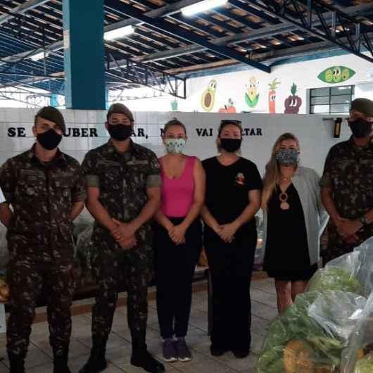 Exército auxilia na entrega de kits de hortifrutis em escolas de Caraguatatuba