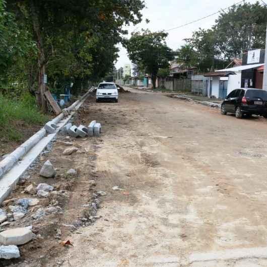 Prefeitura inicia pavimentação e instalação de guias e sarjetas em bairros