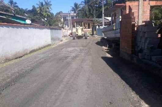 Prefeitura de Caraguatatuba usa mais de 600 toneladas de material no nivelamento de ruas do Massaguaçu
