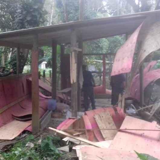 Prefeitura de Caraguatatuba derruba mais um barraco em APP no Rio Claro
