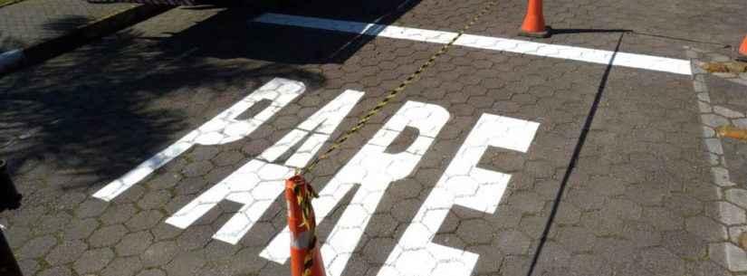 Prefeitura reforça sinalização de trânsito em ruas da região central de Caraguatatuba