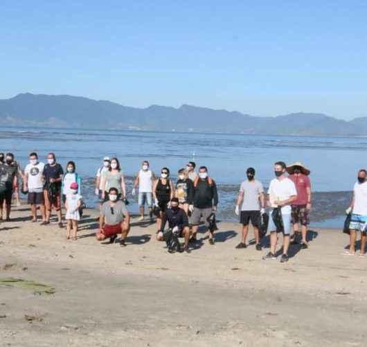 Ação da Prefeitura de Caraguatatuba e Sabesp retira mais de 400 kg de lixo da Praia do Centro