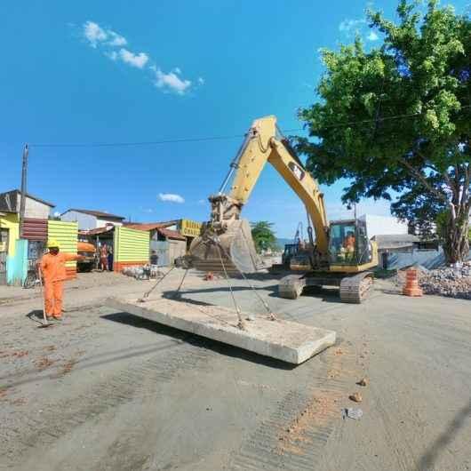 Obras de drenagem já se aproximam da Avenida Brasília
