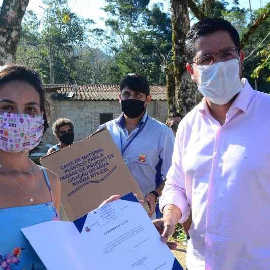 Moradores da Região Norte de Caraguatatuba recebem guia de emplacamento para ligar água e luz