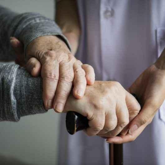 Covid-19: Caraguatatuba reacende alerta de preocupação com idosos