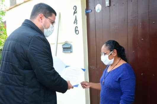 Regularização Fundiária: moradores do Balneário Maria Helena recebem título de propriedade