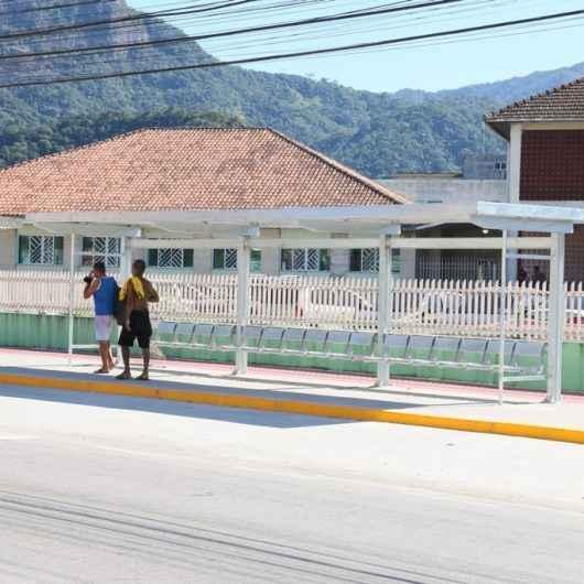 Novos abrigos de ônibus recebem vidro e cobertura; antigos serão reformados