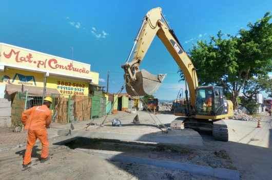 Obras de drenagem na Avenida Brasília seguem em andamento