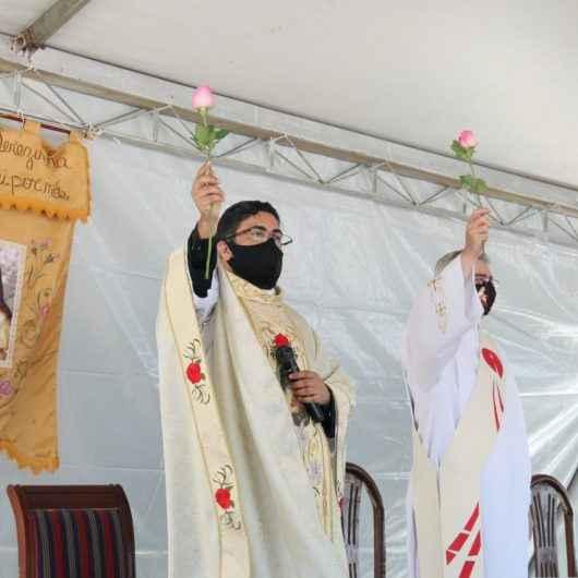 Paróquia de Santa Terezinha realiza missa campal com cerca de 500 fiéis no Complexo Turístico do Camaroeiro