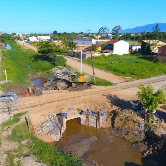 Prefeitura executa desassoreamento de córrego e instalação de aduelas para escoamento de águas no Santamarina