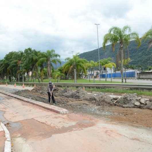 Obras de prolongamento de rede de esgoto são executadas na Prainha