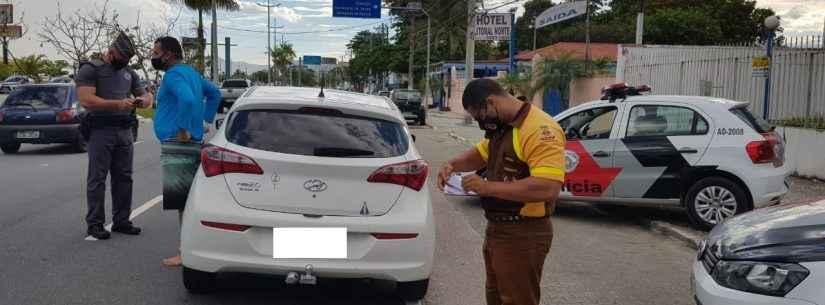 Blitz fiscaliza motoristas de aplicativos em Caraguatatuba
