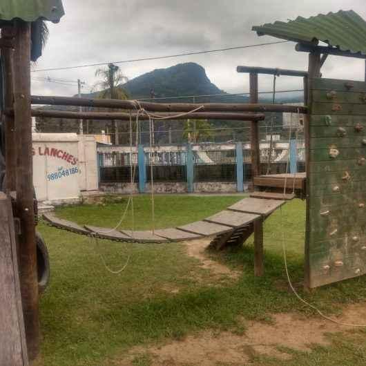 Prefeitura de Caraguatatuba restaura parquinho e alerta para casos de vandalismo