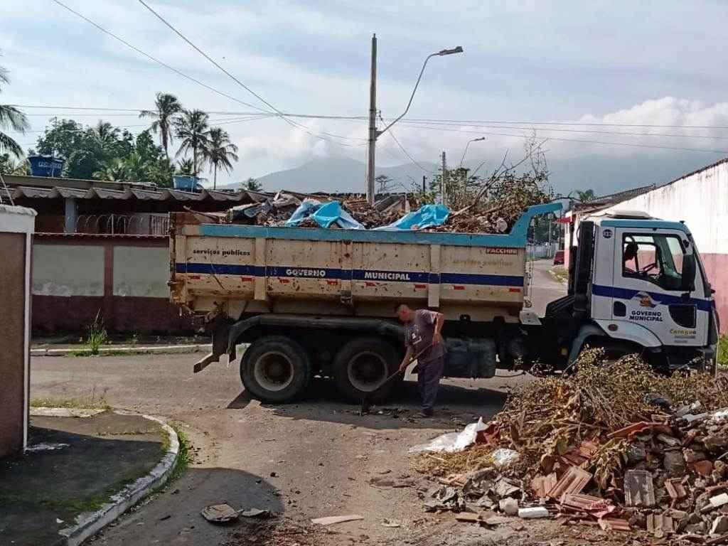#PraCegoVer: Caminhão da Prefeitura lotado de resíduos recolhidos do descarte irregular; funcionário está ao lado realizando limpeza (Foto: Divulgação/PMC)