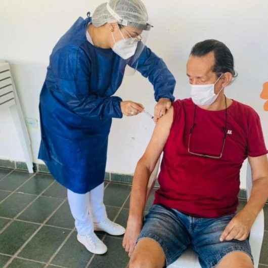 Idosos e funcionários de Casas de Repouso recebem doses da Coronavac em Caraguatatuba