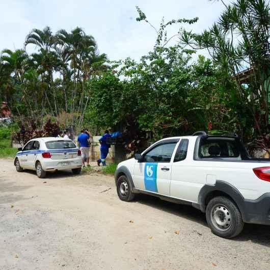Prefeitura de Caraguatatuba notifica 15 imóveis na Tabatinga para ligações de esgoto