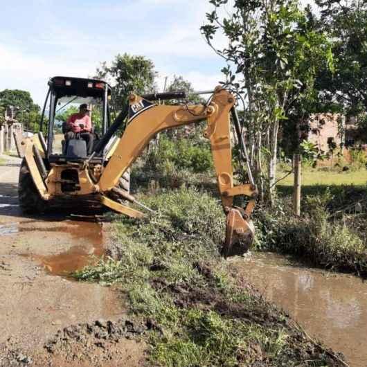 Prefeitura de Caraguatatuba realiza serviços de limpeza em rios e córregos do Pegorelli