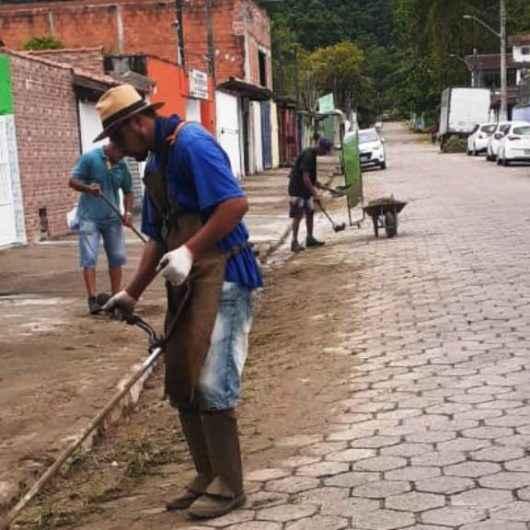 Prefeitura de Caraguatatuba realiza limpeza de córregos do bairro Jaraguazinho