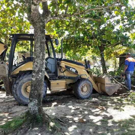 Prefeitura de Caraguatatuba retira árvores caídas após ocorrência de ressaca na praia da Mococa