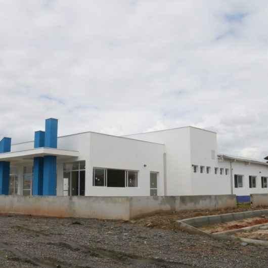 Prefeito de Caraguatatuba visita obras da UBS Golfinhos