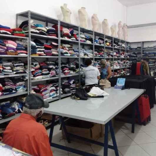 Fundo Social de Caraguatatuba repassa mais de 950 peças de roupas para famílias em vulnerabilidade social