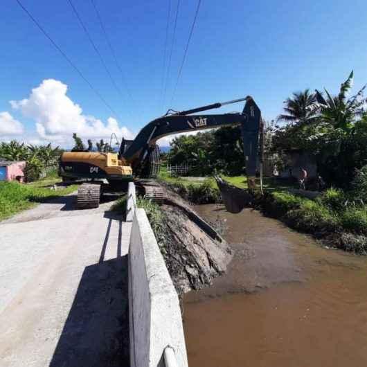 Prefeitura de Caraguatatuba realiza desassoreamento e limpeza em canal no bairro Perequê-Mirim