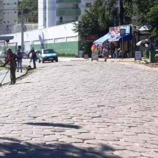 Prefeitura de Caraguatatuba realiza limpeza e roçada em vários bairros