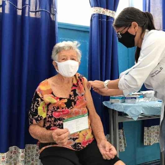 Caraguatatuba prorroga até sábado (20/02) vacinação de idosos acima de 85 anos em postos fixos