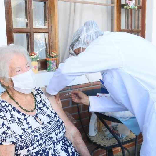 Covid-19: Caraguatatuba inicia vacinação domiciliar para os idosos acima de 90 anos