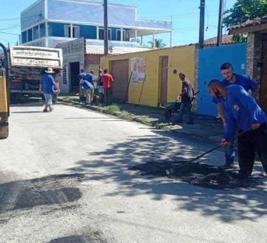 Operação Tapa Buracos chega ao bairro Perequê-Mirim em Caraguatatuba