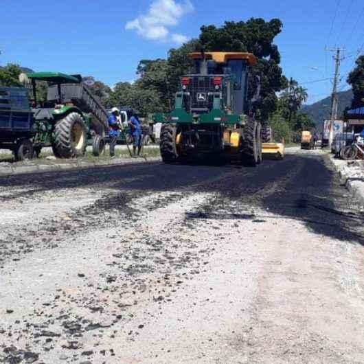 Prefeitura de Caraguatatuba realiza recapeamento asfáltico em rua principal do Pegorelli