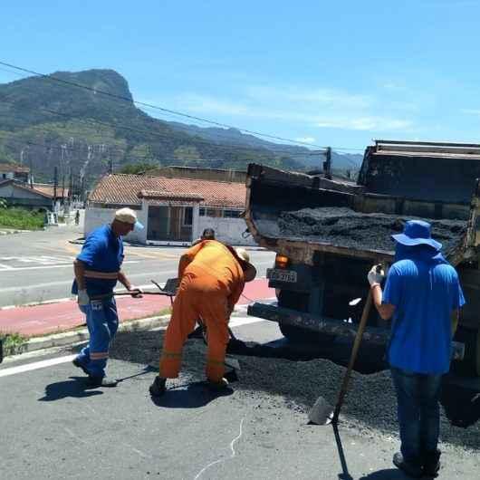 Prefeitura de Caraguatatuba implanta lombadas no Poiares após execução de obras de drenagem