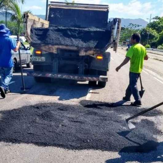 Prefeitura leva Operação 'Tapa Buracos' às ruas da região central de Caraguatatuba