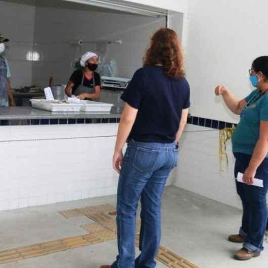 Prefeitura de Caraguatatuba fiscaliza boxes do Entreposto de Pesca do Camaroeiro