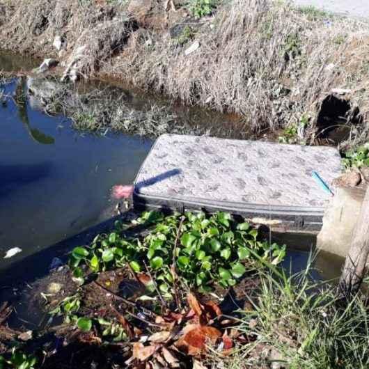 Descarte irregular prejudica escoamento de águas durante as chuvas