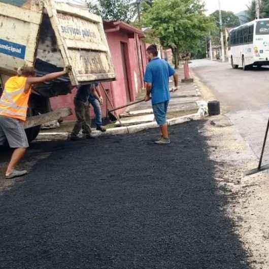 Prefeitura de Caraguatatuba segue com Operação 'Tapa Buracos' no bairro Morro do Algodão