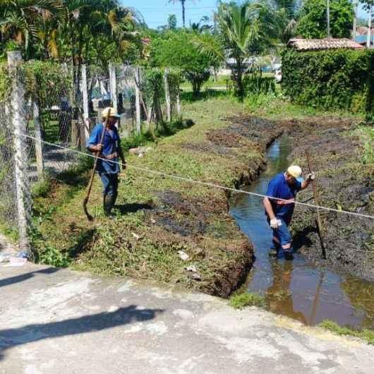 Prefeitura de Caraguatatuba realiza limpeza de canais por toda cidade