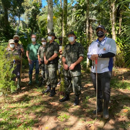 Prefeitura de Caraguatatuba recebe apoio da Polícia Ambiental e ONG para fiscalizar esgoto no Rio Tabatinga
