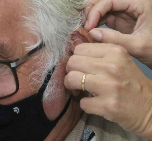 Caraguatatuba inicia entrega de 130 aparelhos auditivos para pacientes do setor de reabilitação do CEM
