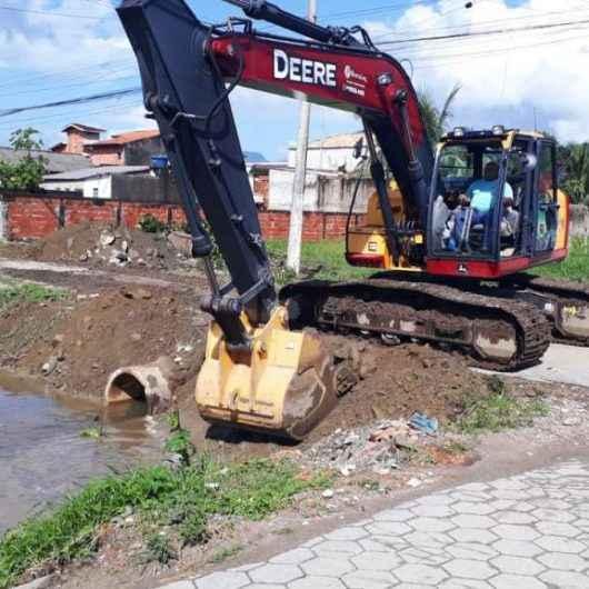 Prefeitura de Caraguatatuba faz transposição de tubos no Perequê-Mirim