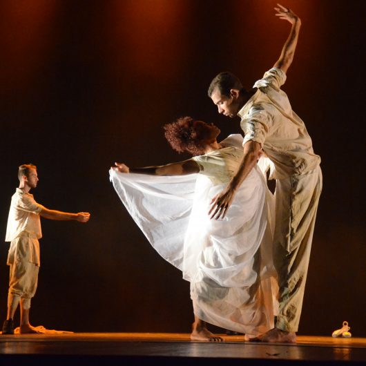 """Corpo de Baile celebra Dia Internacional da Dança com estreia da performance """"Entre Espaços"""" e aula aberta ao público"""