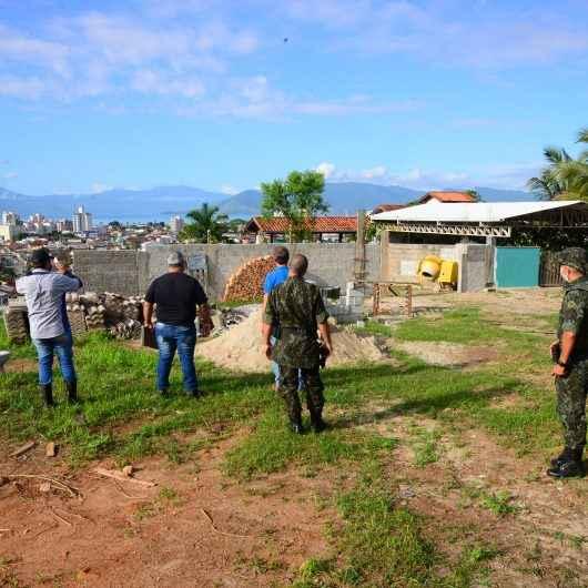 Prefeitura de Caraguatatuba e Polícia Ambiental reforçam fiscalização no morro do Benfica