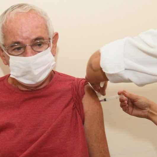 Vacinação contra Covid-19 para idosos de 68 a 71 anos continua paralisada por falta de doses, em Caraguatatuba