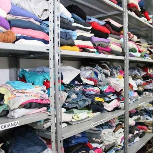 Fundo Social de Caraguatatuba repassa mais de 1,7 mil peças de roupas para famílias em extrema vulnerabilidade