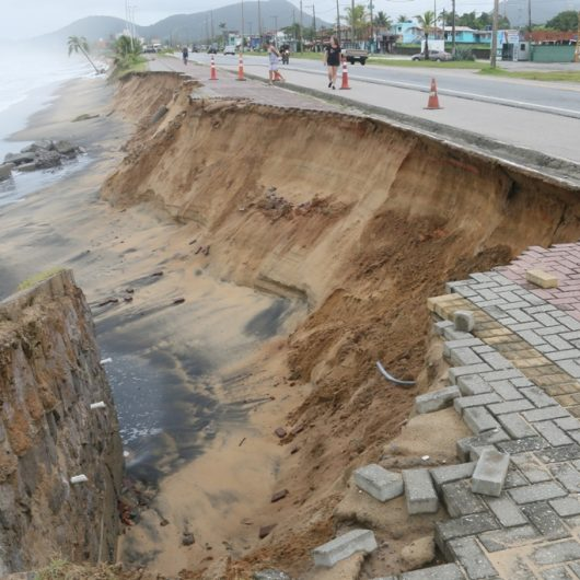 Defesa Civil de Caraguatatuba vistoria áreas atingidas por ressaca nas praias de Massaguaçu e Mococa