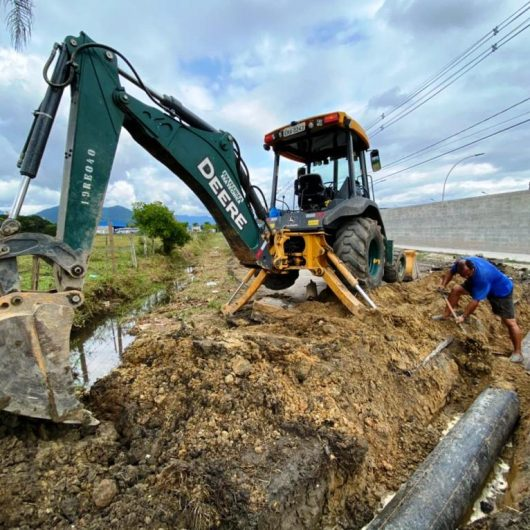 Prefeitura faz reparo em canal de drenagem na Estrada do Rio Claro