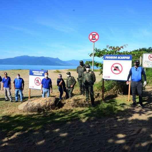 Fiscais da Secretaria de Urbanismo instalam placas e fazem ação de limpeza na Lagoa Azul, em Caraguatatuba